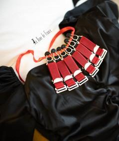 Jarretelles rouges pour porte-jarretelles et corset avec la dame de france