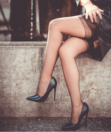 Bas nylon et talon haut chez la dame de France pour des jambes fines et élégantes